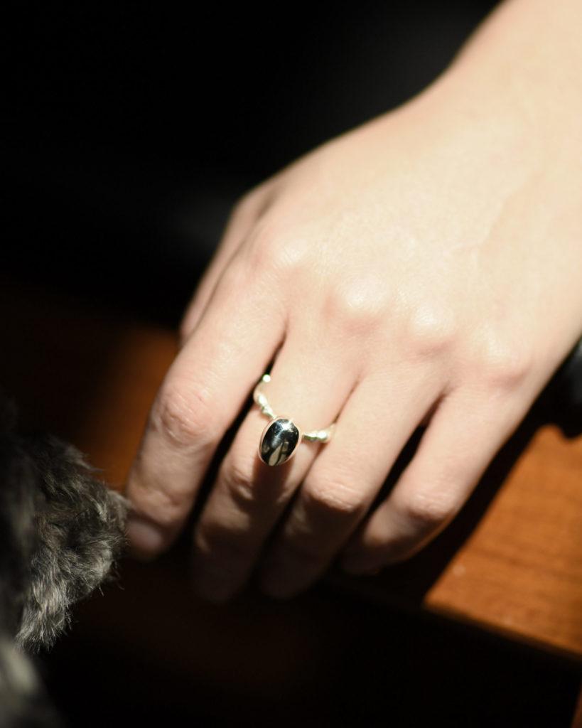 卵をモチーフの指輪を着けた写真