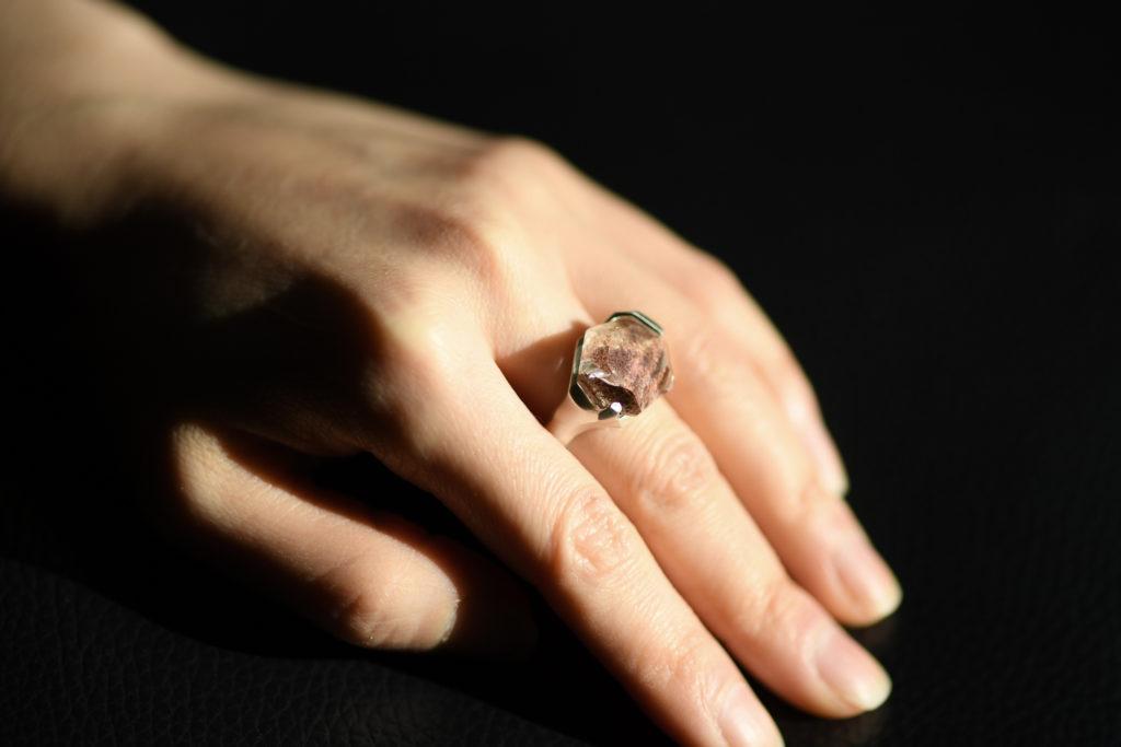 ガーデンクォーツの指輪を着けた写真