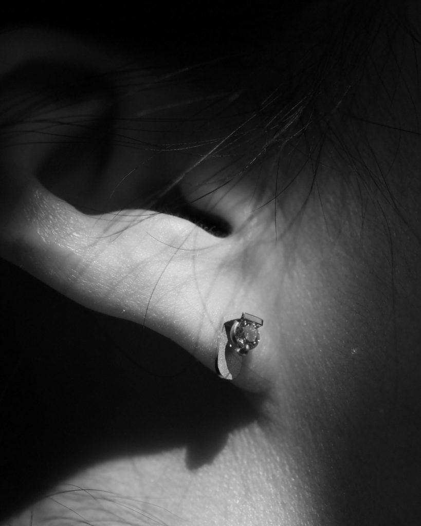 18金イエローゴールドにダイヤモンドを留めたピアスの試着写真