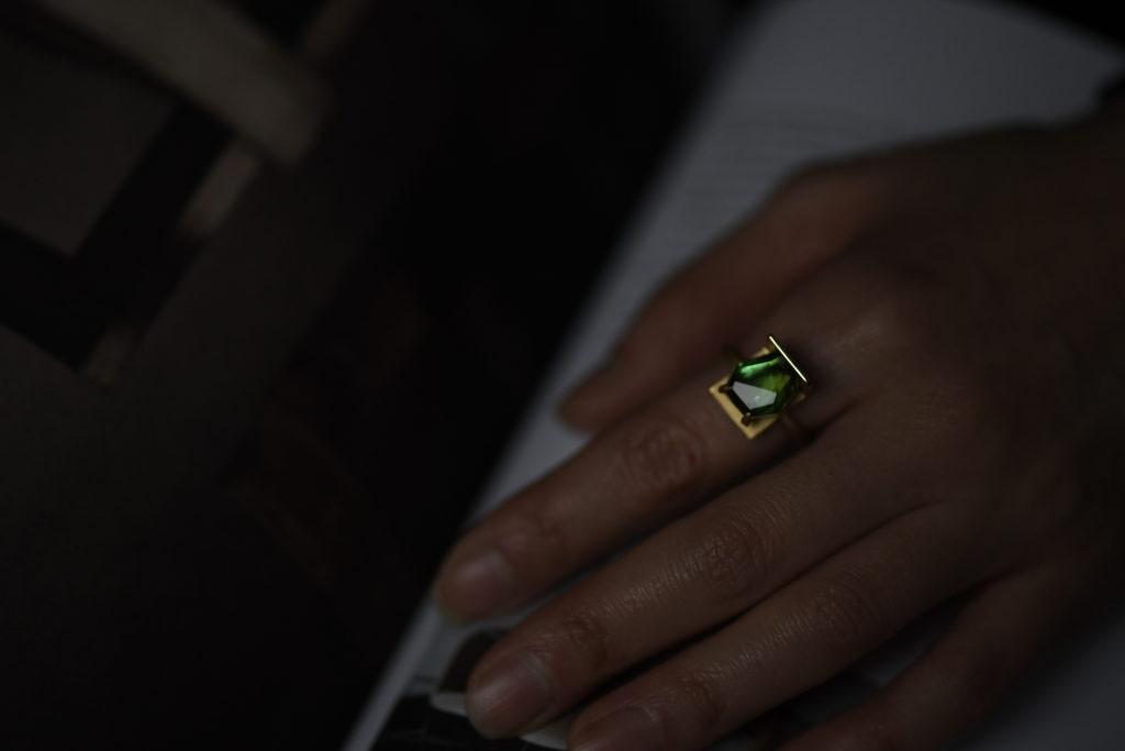 トルマリンを使用した18金商品の指輪をつけた様子