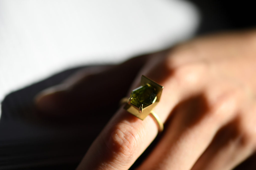 トルマリンを使用した指輪の着用写真