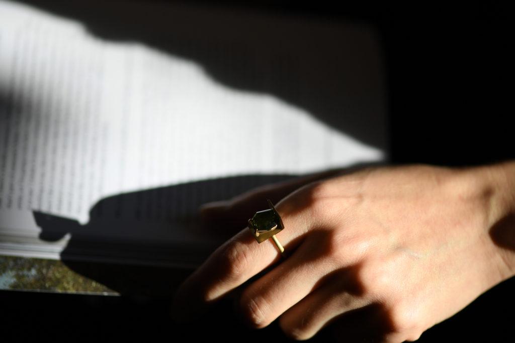 Wall settingでグリーントルマリンを留めた18金素材の指輪