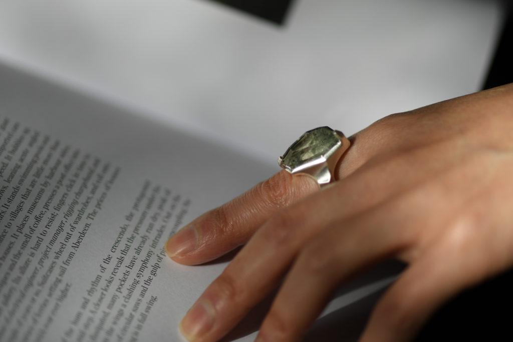 ガーデンクォーツを留めた指輪の試着写真
