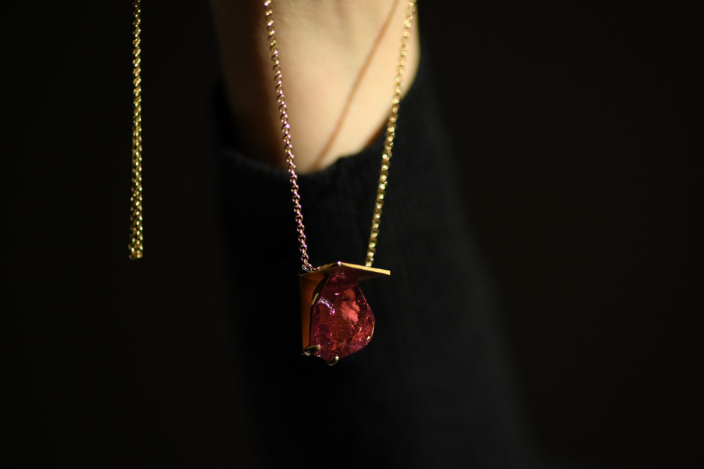 ウォールセッティングでピンクトルマリンを留めた18金仕様のネックレス