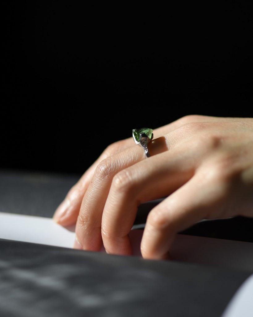 グリーントルマリンを留めたプラチナの指輪